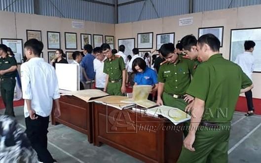 """""""黄沙长沙归属越南:历史证据和法理依据""""地图和资料展举行 - ảnh 1"""