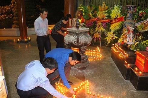 500多人在同禄三岔路口遗迹区点燃蜡烛缅怀英烈 - ảnh 1