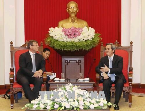 越共中央经济部部长阮文平会见澳大利亚全球环境大使萨克林 - ảnh 1