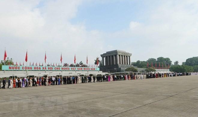 国庆节期间共有3.86万人次游客入陵瞻仰胡志明主席遗容 - ảnh 1