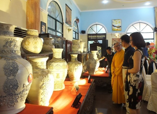 浮雕越南传统花纹的陶瓷百瓶创越南纪录 - ảnh 1