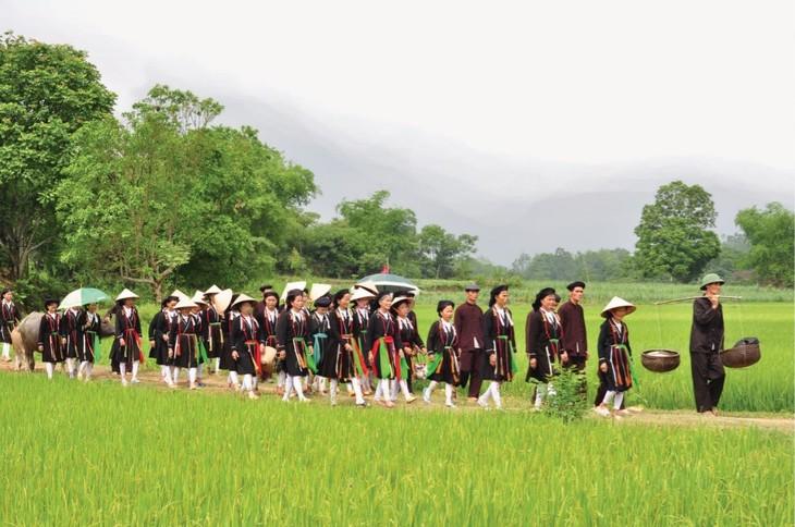 太原省山由族婚俗中最重要的仪式之一——迎接新娘仪式 - ảnh 3