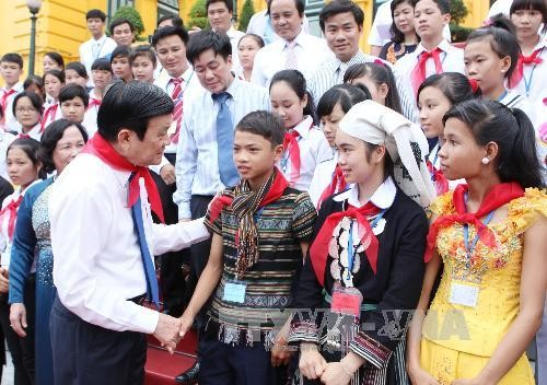 State President meets unfortunate children - ảnh 1