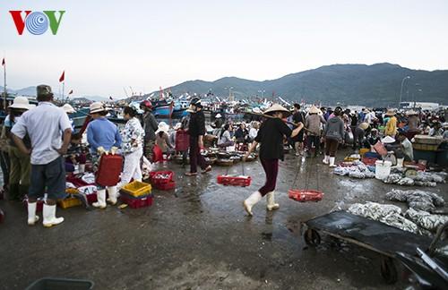 Tho Quang fishing port in spring  - ảnh 16