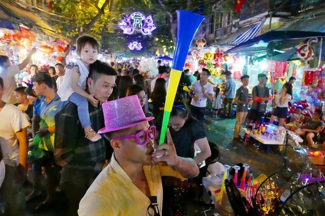 Colorful Hanoi's Old Quarter in Mid-autumn festival - ảnh 9