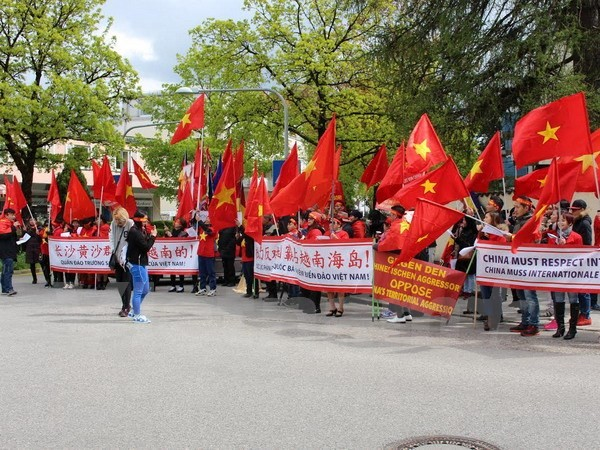 Vietnamese in Germany march to oppose China's acts in East Sea - ảnh 1