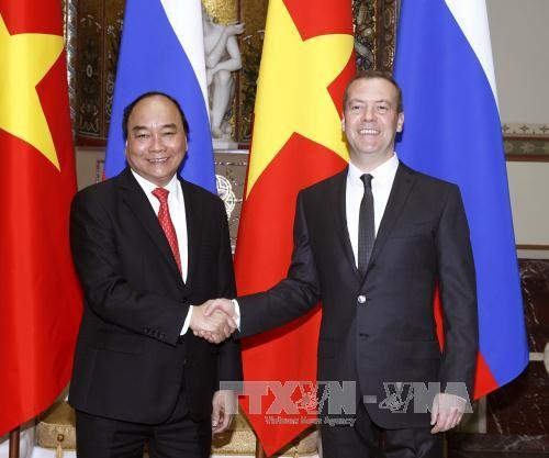 Prime Minister Nguyen Xuan Phuc holds talks with his Russian counterpart Dmitry Medvedev - ảnh 1