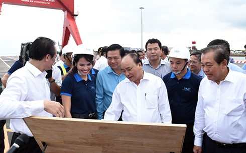 Prime Minister Nguyen Xuan Phuc attends investment promotion conference in Long An  - ảnh 1