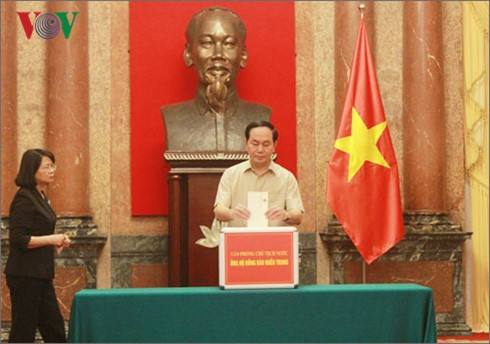 Vietnamese people turn their hearts to central region - ảnh 1