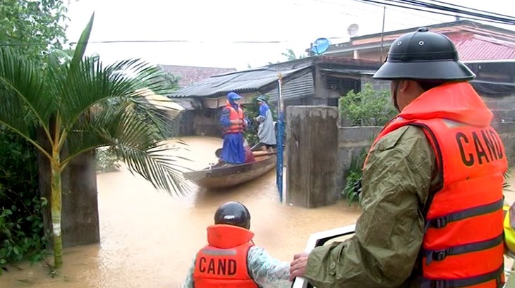 Human kindness in coping with flooding in Quang Binh - ảnh 1