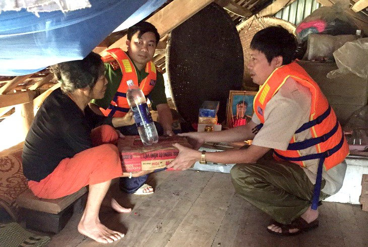 Human kindness in coping with flooding in Quang Binh - ảnh 2