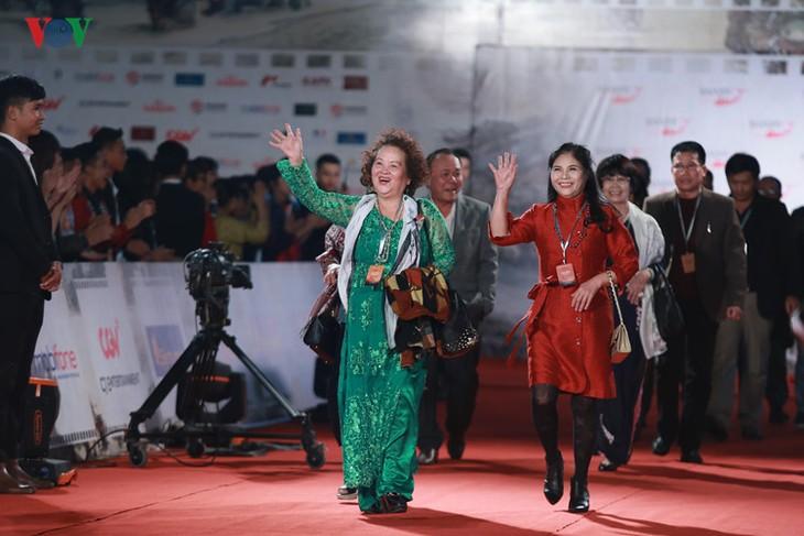Celebrities on HANIFF red carpet - ảnh 12