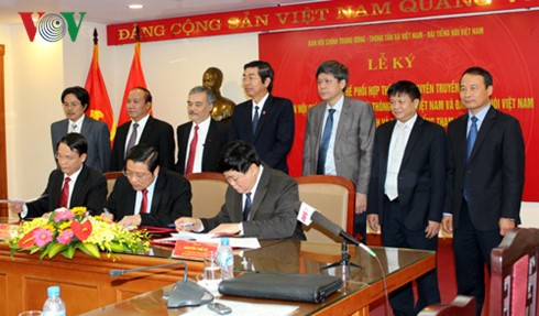 Party Internal Affairs Commission signs cooperative agreement with VOV, VNA  - ảnh 1
