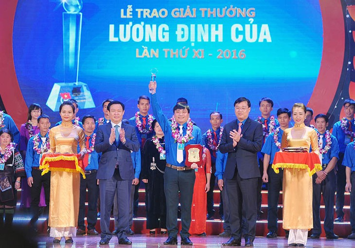 Brilliant young people receive Luong Dinh Cua Awards  - ảnh 1