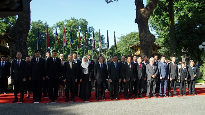 Flag hoisting ceremony to mark ASEAN's 50th anniversary - ảnh 2