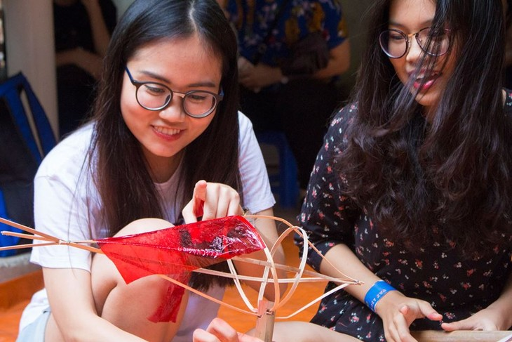 Making Mid-Autumn traditional toys with artisans - ảnh 2