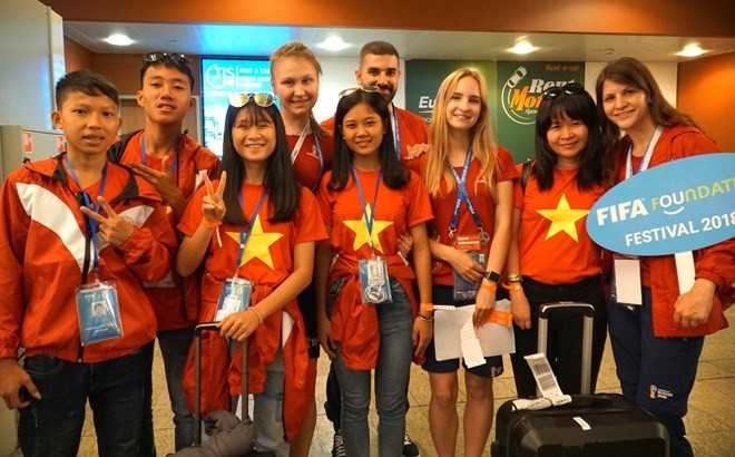Vietnamese youngsters participate in football exchanges in Moscow - ảnh 1