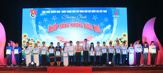 """Lighting up dreams"" program helps disadvantaged children in central region - ảnh 1"