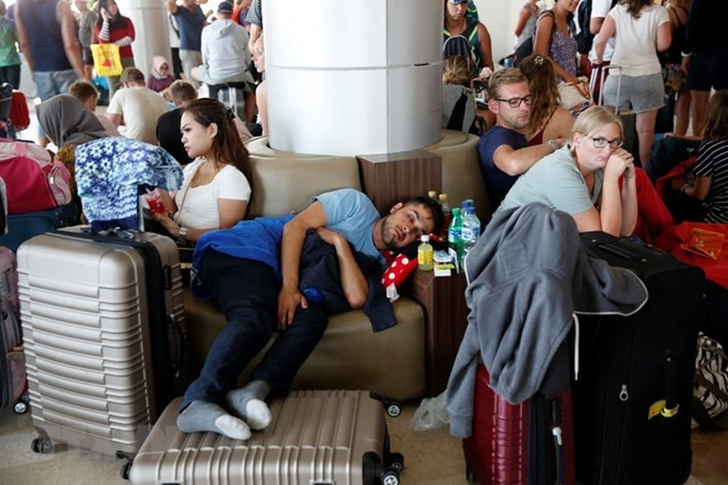 Lombok airport crowded with visitors after deadly quake - ảnh 1