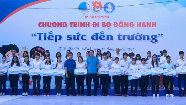 3,000 people walk to raise fund for poor students - ảnh 1