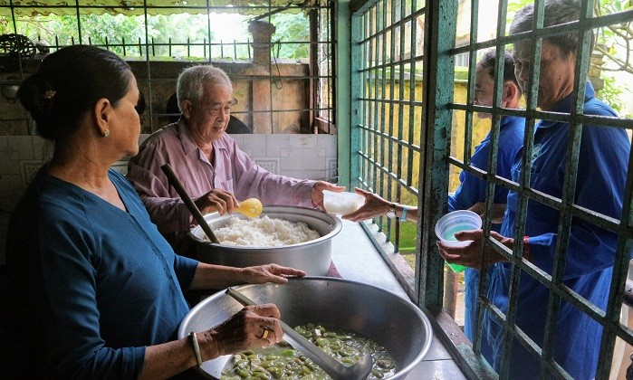 Charitable meals warm the hearts of poor patients  - ảnh 3