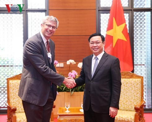 Deputy Prime Minister Vuong Dinh Hue talks with business leaders - ảnh 1