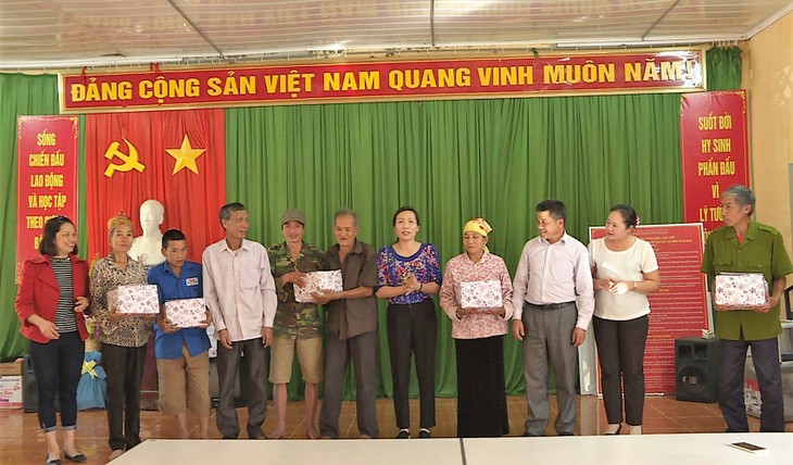 Poor people assured a well-fed Tet  - ảnh 1