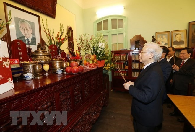 Leader commemorates predecessors on Tet, Party's anniversary - ảnh 1