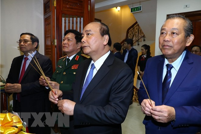 Prime Minister Nguyen Xuan Phuc offers incense to President HCM - ảnh 1