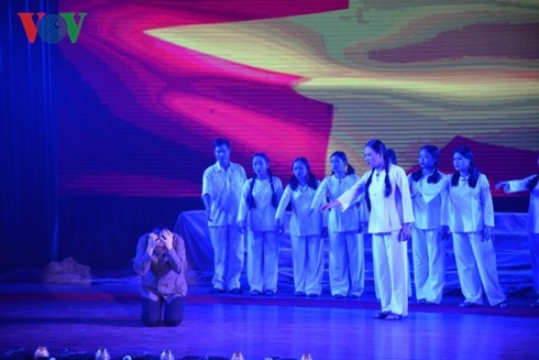 """Musical play """"Truong Bon flowers and fire"""" moves audiences' hearts - ảnh 1"""