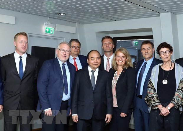PM Nguyen Xuan Phuc receives leaders of Norwegian groups - ảnh 1