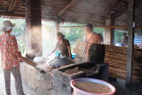 Cai Rang traditional craft village serves visitors with Hu Tieu noodle - ảnh 2