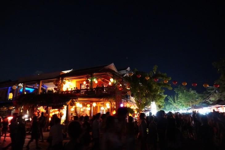 Young Vietnamese expats visit ancient town of Hoi An - ảnh 2
