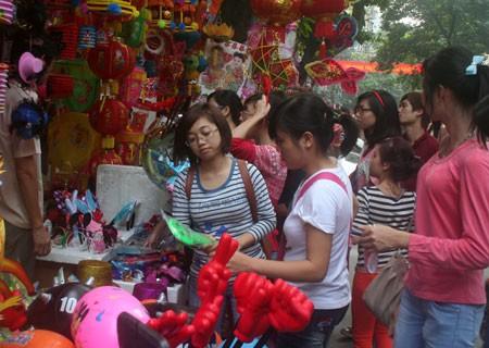 La fête de la mi-automne dans l'ancien quartier de Hanoï - ảnh 2