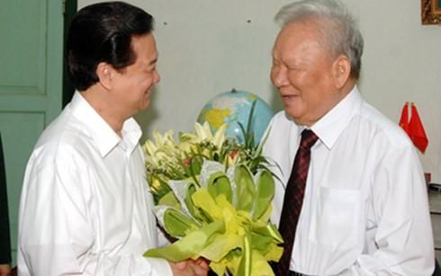 Le PM Nguyen Tan Dung rend visite à l'ancien président Le Duc Anh - ảnh 1