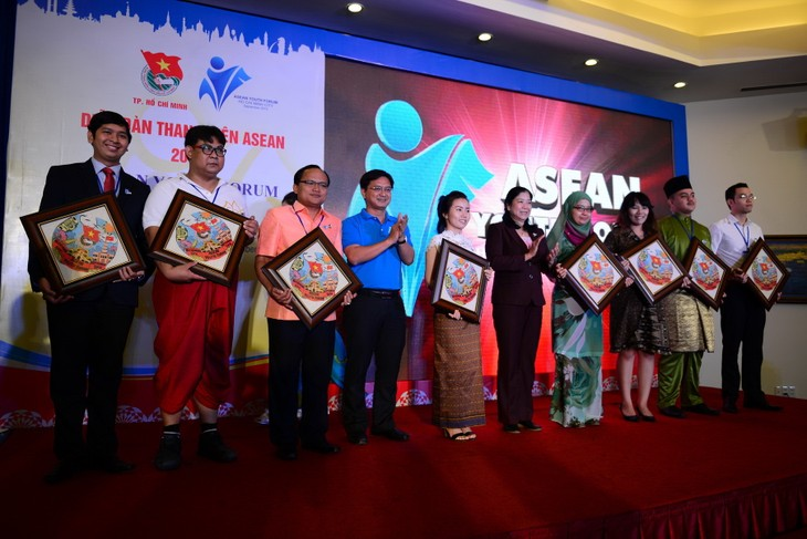 Coup d'envoi du Forum des jeunes de l'ASEAN 2015 - ảnh 1