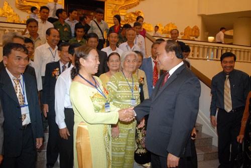 Deputi Perdana Menteri Nguyen Xuan Phuc menerima rombongan mantan tahanan provinsi Quang Ngai - ảnh 1
