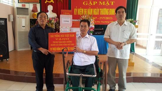 Rombongan VOV memberikan bingkisan kepada para prajurit penyandang cacad provinsi Phu Tho - ảnh 1