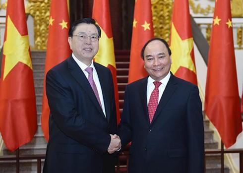 PM Nguyen Xuan Phuc menerima Ketua Komite Tetap Kongres  Rakyat Nasional Tiongkok.. - ảnh 1