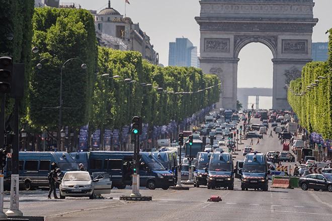 Tabrakan mobil di jalan raya Champs Elysees: Menangkap 4 anggota keluarga pelaku - ảnh 1