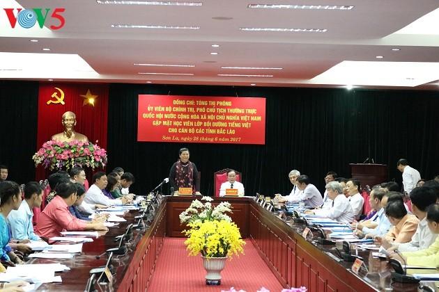 Wakil Harian Ketua MN Tong Thi Phong bertemu muka dengan siswa kursus pendidikan bahasa Vietnam di provinsi-provinsi Laos Utara - ảnh 1