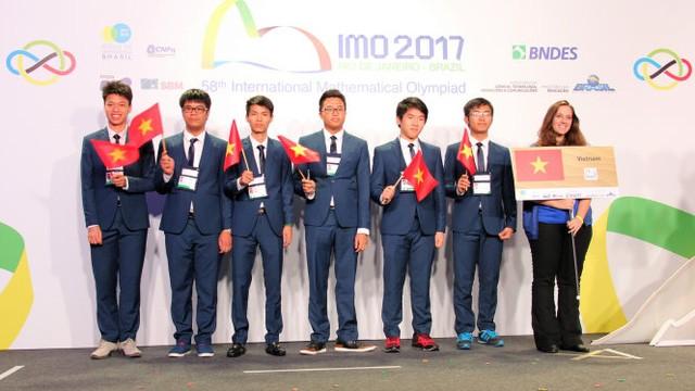 Vietnam menggondol 4 medali emas dalam Olympiade Matematika Internasional 2017 - ảnh 1