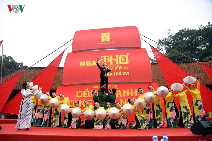 Hari Sajak Vietnam ke XVI tahun 2018 resmi dibuka  pada Jumat (2 Maret) di Kuil Sastra Van Mieu-Quoc Tu Giam - ảnh 1
