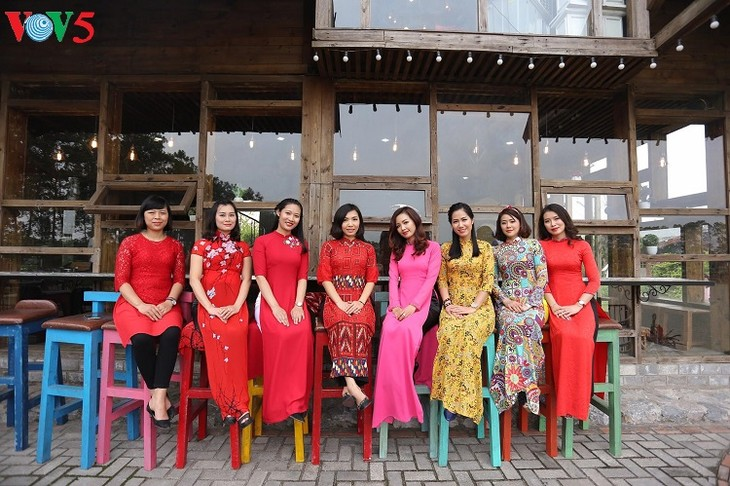 Memuliakan kecantikan kaum wanita Vietnam melalui Ao Dai terapan - ảnh 1