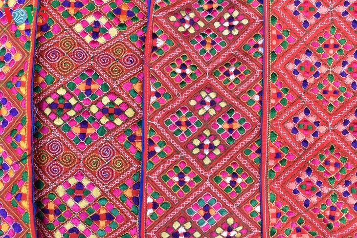 Seni menciptakan motif di pakaian warga etnis minoritas Mong-Pusaka budaya nonbendawi nasional - ảnh 1