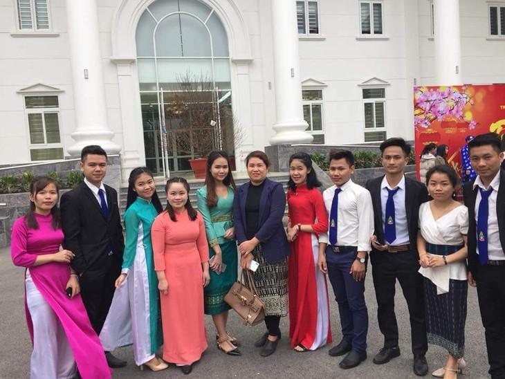 Mahasiswa Laos menjalankan praktikun di Universitas Hanoi - ảnh 1