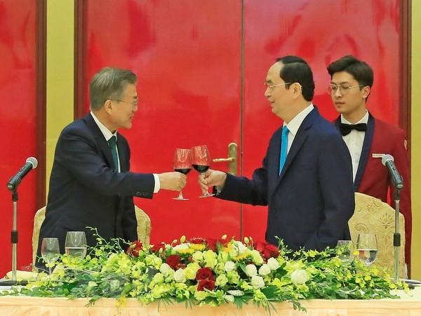 Presiden Tran Dai Quang memimpin resepsi untuk Presiden Republik Korea Moon Jae-in - ảnh 1