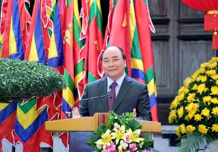 PM Nguyen Xuan Phuc mengunjungi desa keramik dan menemui para artisan keramik Bat Trang - ảnh 1