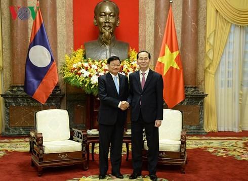Presiden Tran Dai Quang menerima PM Laos, Thongloun Sisoulith - ảnh 1