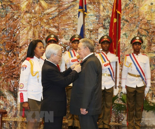 Sekjen Nguyen Phu Trong menyampaikan penghargaan Bintang Emas kepada Ketua Kuba, Raul Castro Ruz - ảnh 1